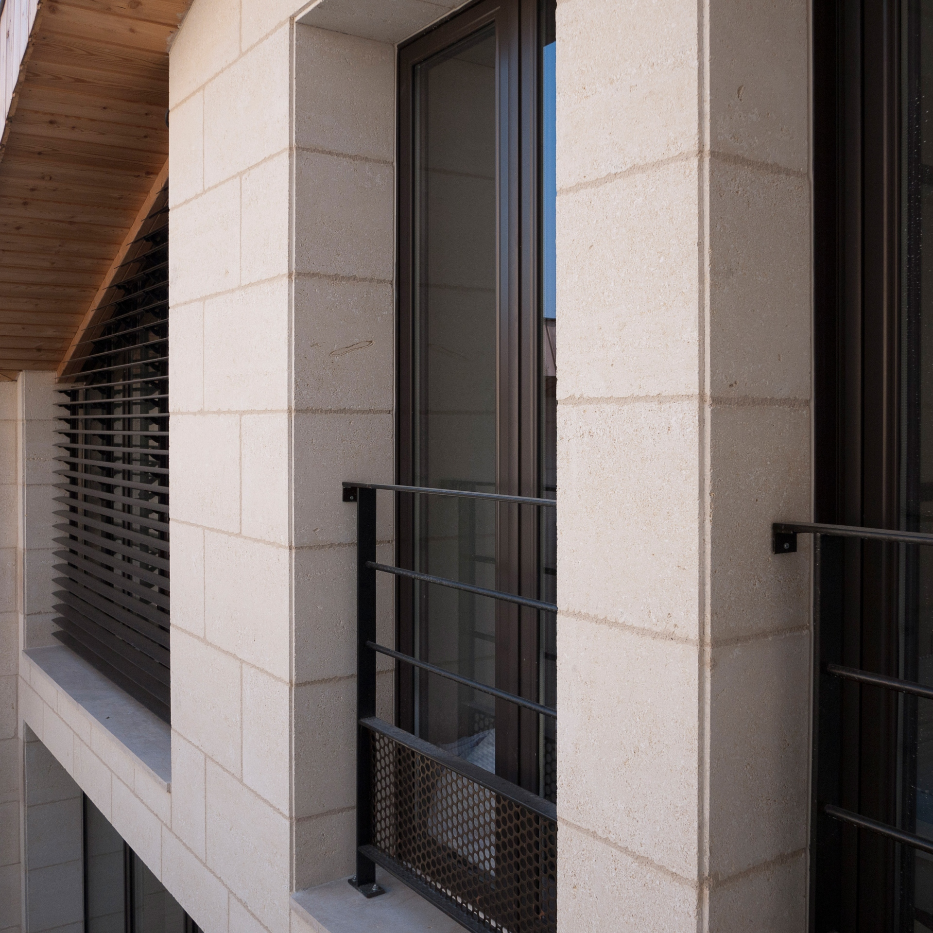 sur l vation et restructuration d 39 un immeuble pierre. Black Bedroom Furniture Sets. Home Design Ideas